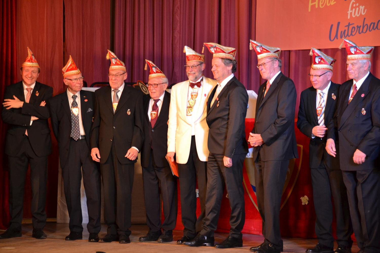 Norbert Fuchs wird mit dem Orden der Ehrenritter ausgezeichnet.
