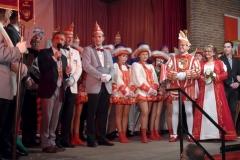 Düsseldorfs Oberbürgermeister Thomas Geisel (li) beglückwünscht Unterbachs neues Prinzenpaar Jens I. und Anette I. Eickmeier (re)