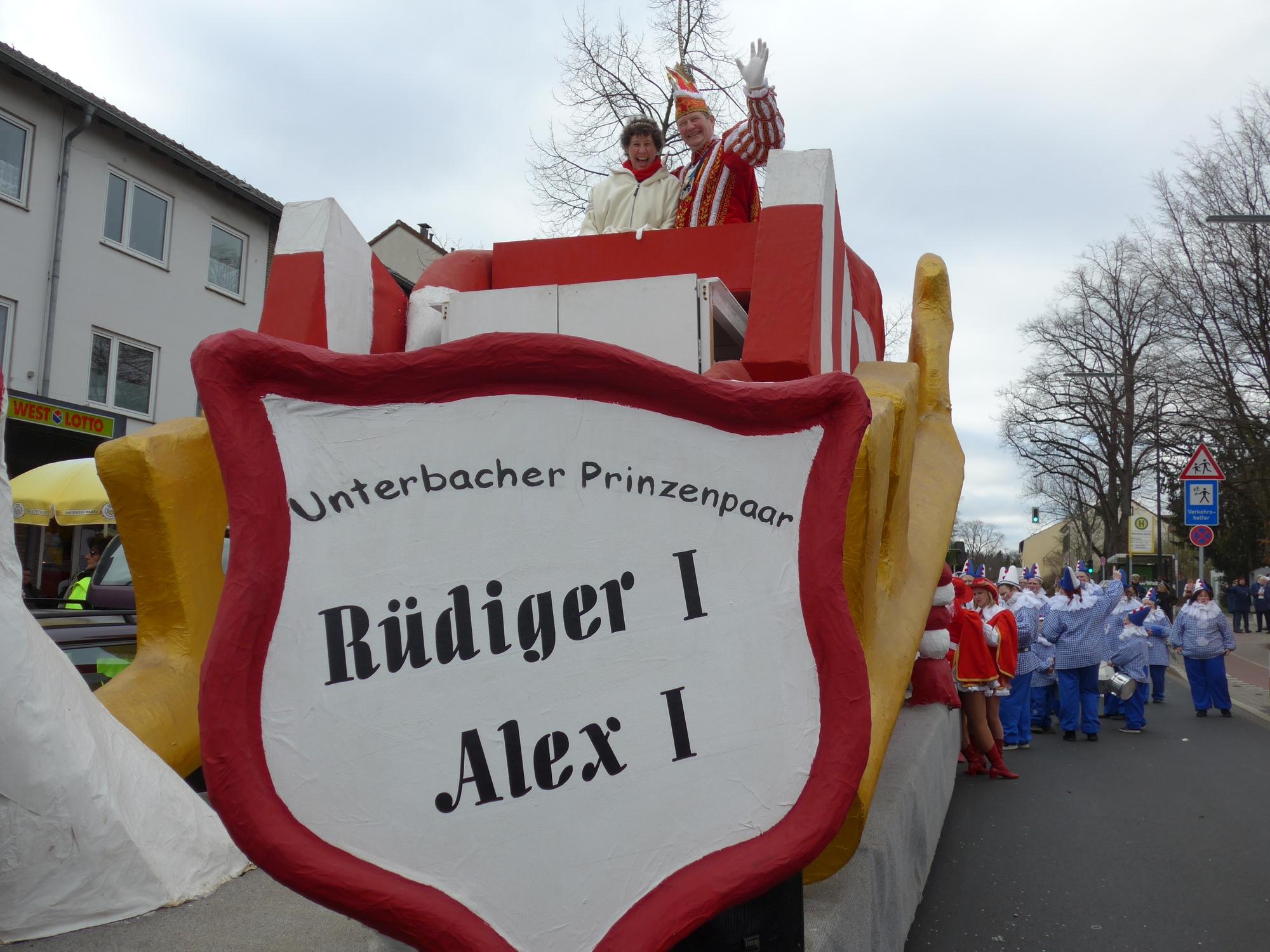 """Unterbachs Prinz Rüdiger I. und Prinzessin Alex I. auf dem """"Schlüsselwagen""""."""