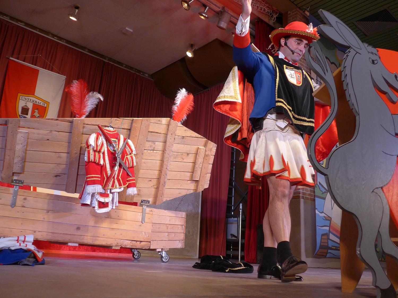 Philipp Simon begeistert das Publikum in den vielfältigen Farben des Karnevalsausschuß Unterbach.