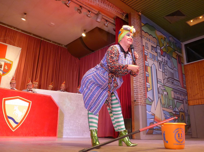 """Mit Wischmop und Eimer """"fegt"""" sie über die Bühne: Achnes Kasulke"""