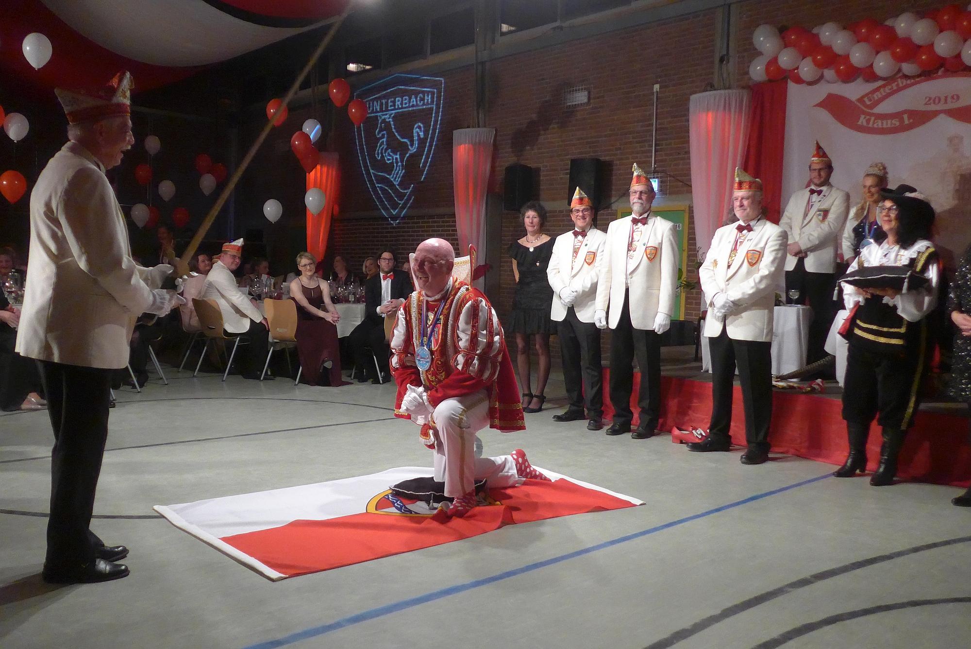 Schwertführer Elmo Keller schlägt Unterbachs Karnevalsprinzen Klaus I. Hammer zum närrischen Ritter.