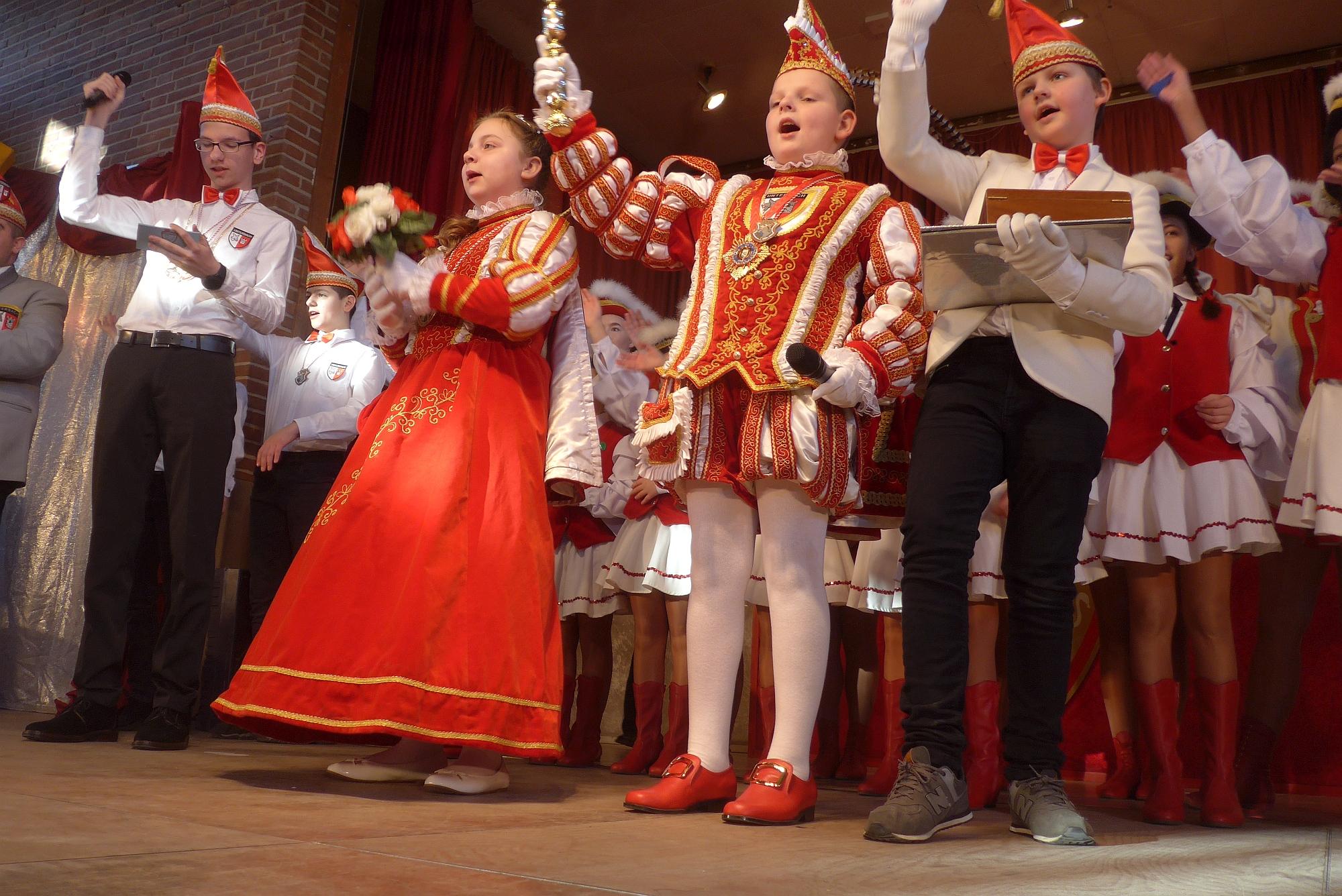 Linus II. und Leonie I. sind das karnevalistische Kinderprinzenpaar für Unterbach. Rechts Adjutant Maxim Gastes, links Sitzungspräsident Nils Hammer.